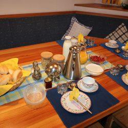 Frühstückstisch gedeckt