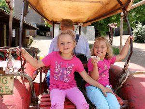 Lea und Sara, die Kinder am Hof