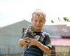 Ein Junge mit einem kleinen Kätzchen